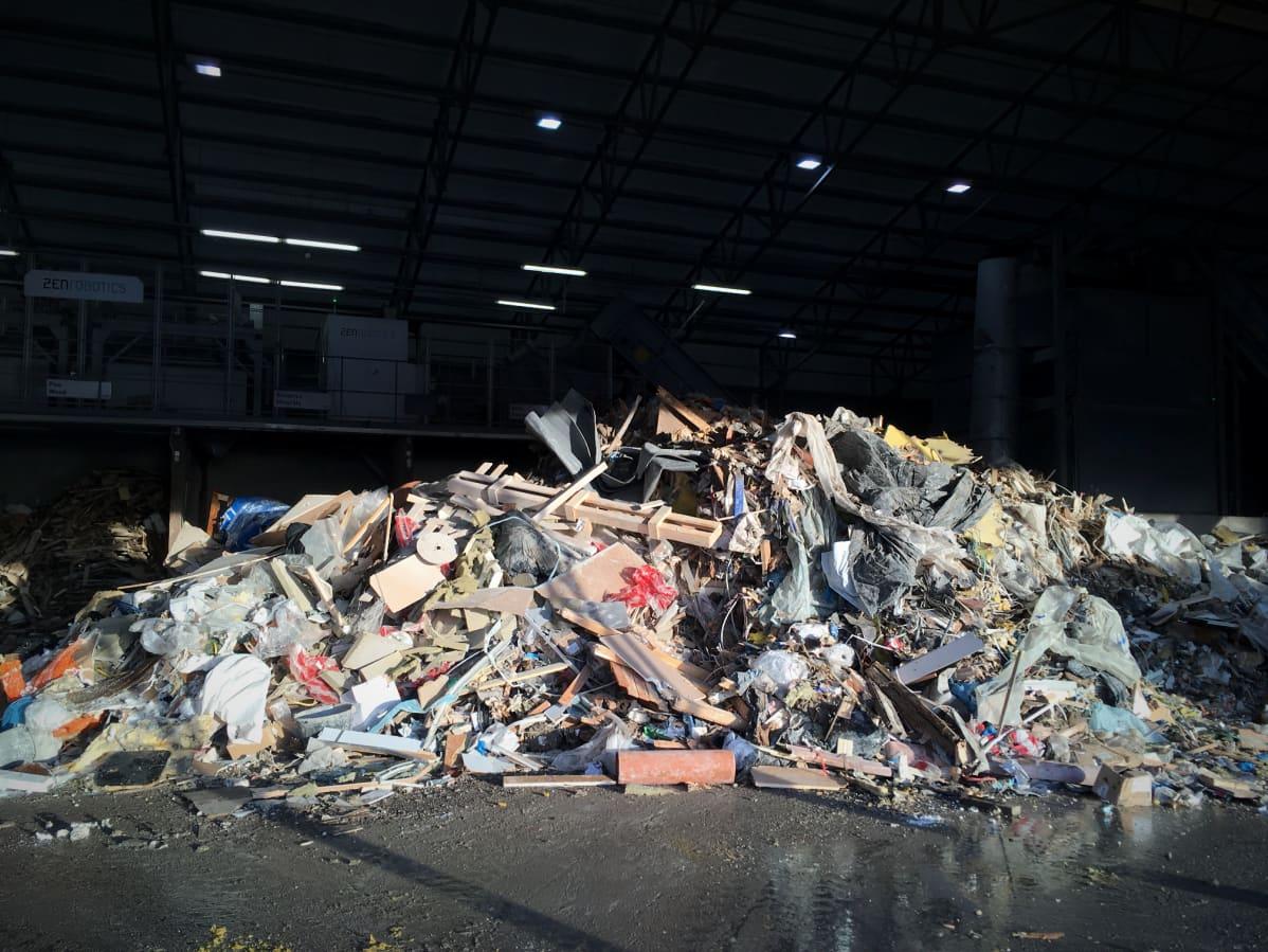 Kasa rakennusjätettä jätteenlajitteluhallissa.