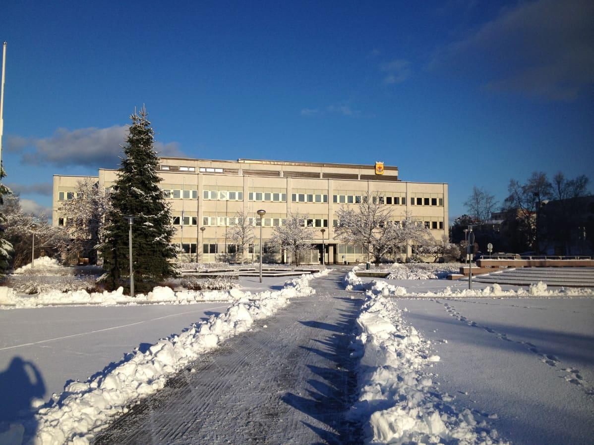 Kokkolan kaupungintalo talvella.