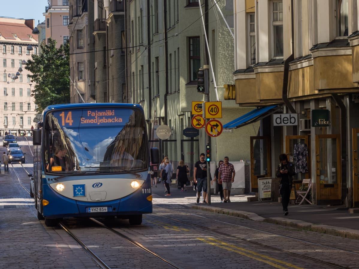 Bussi Helsingin keskustassa.