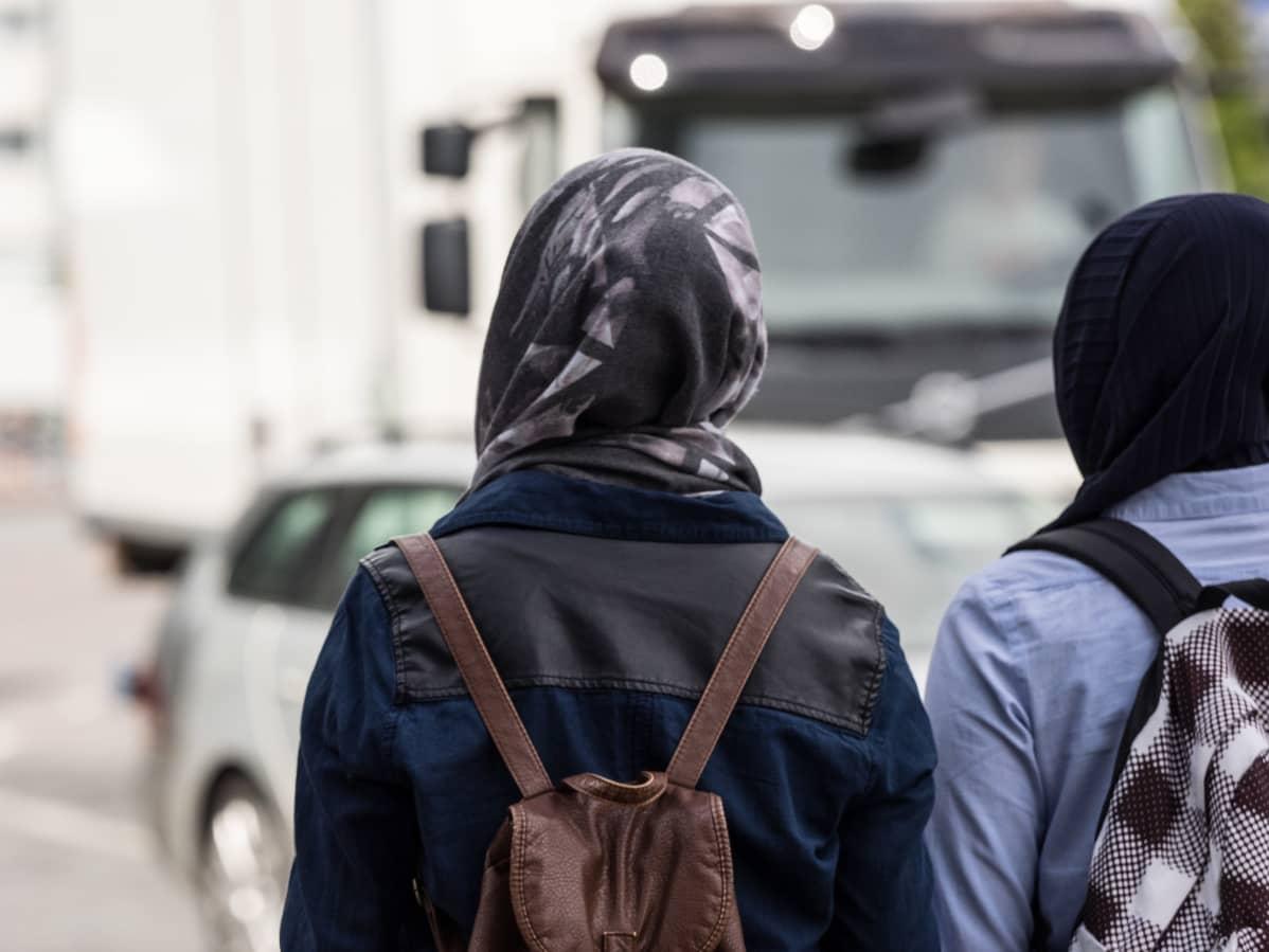 Nuoria maahanmuuttajataustaisia naisia.