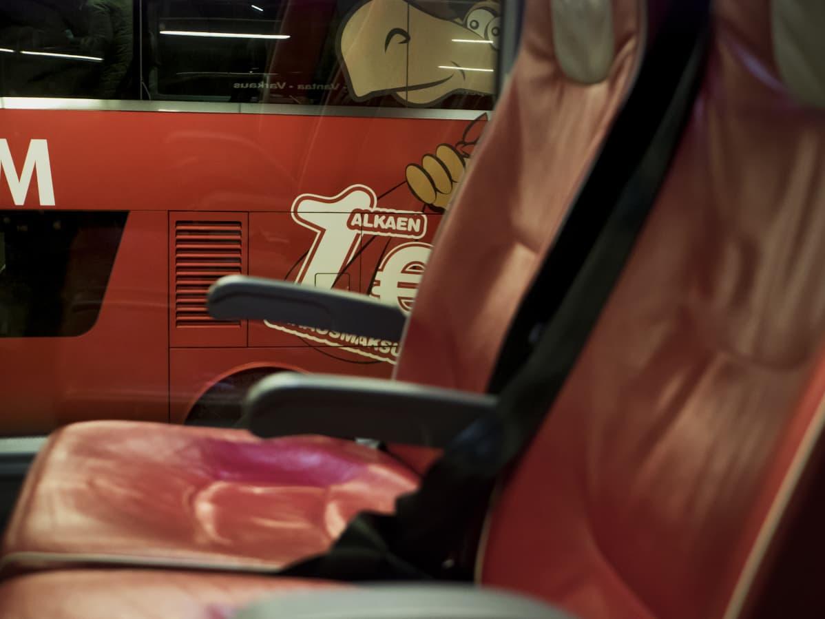 Onnibus, tyhjiä bussin penkkejä