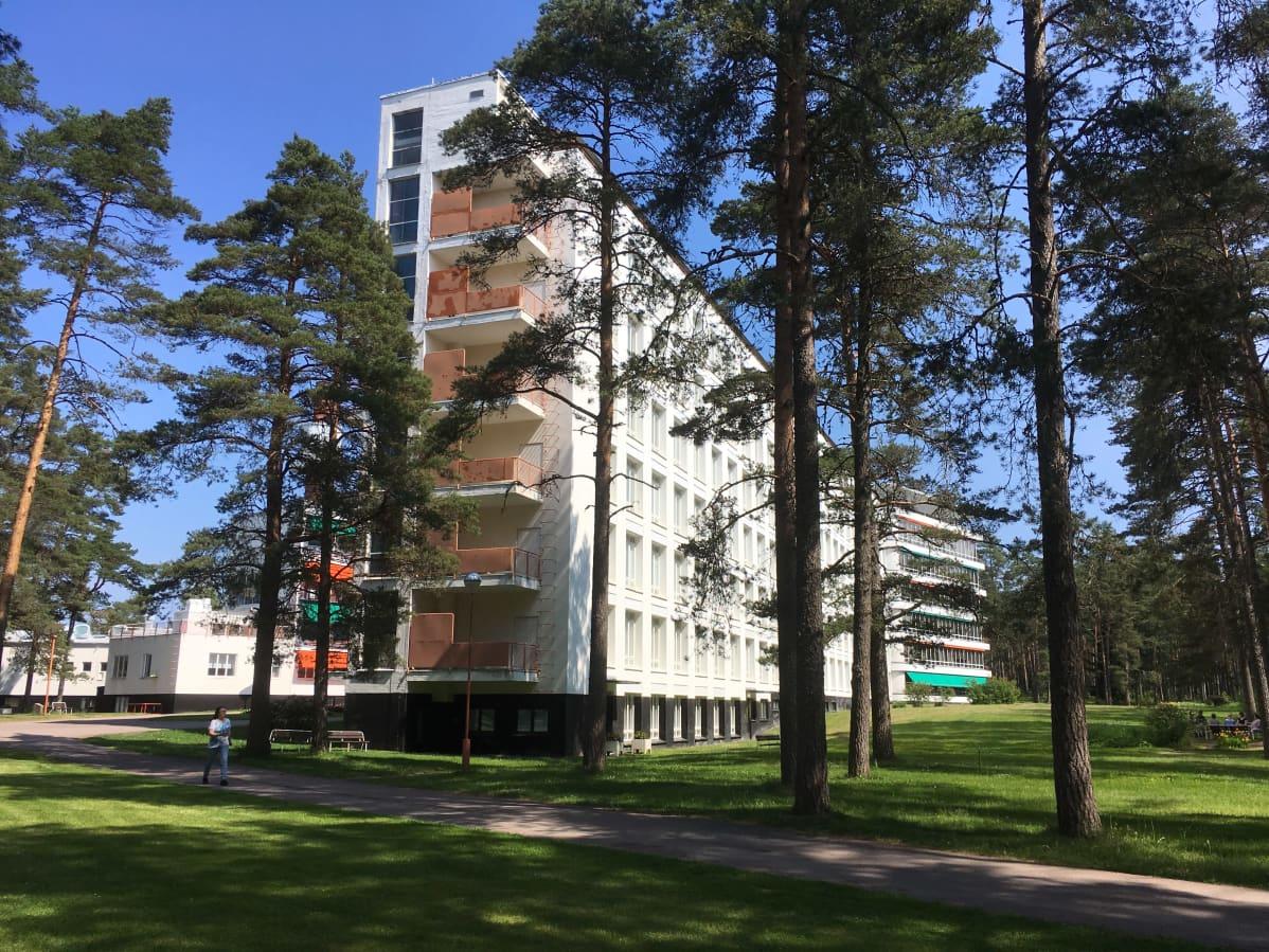 Patientvingen vid Pemars sanatorium med omgivande tallar.