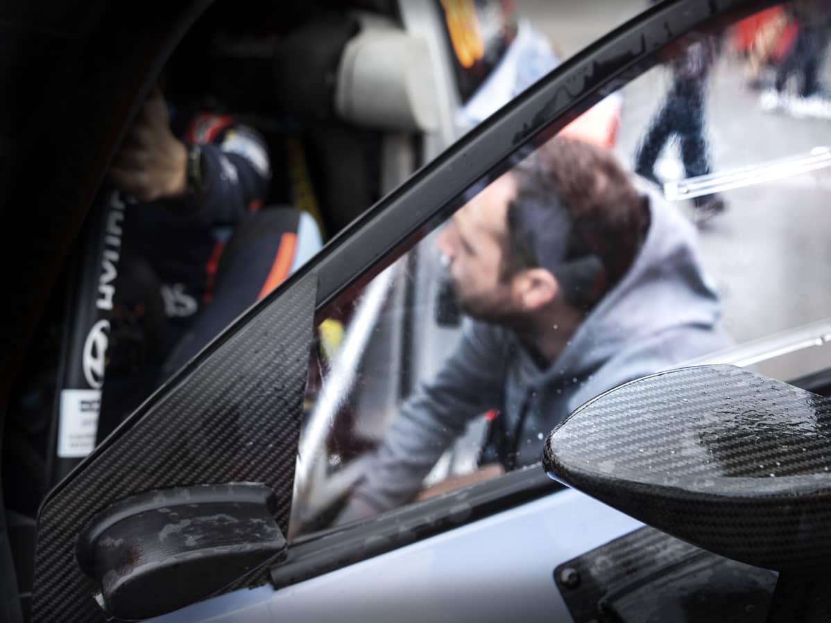 Onboard-kameroihin erikoistunut Jamie Mayers odottaa, että kuljettaja tulee autosta ja hän pääsee huoltamaan kameraa.