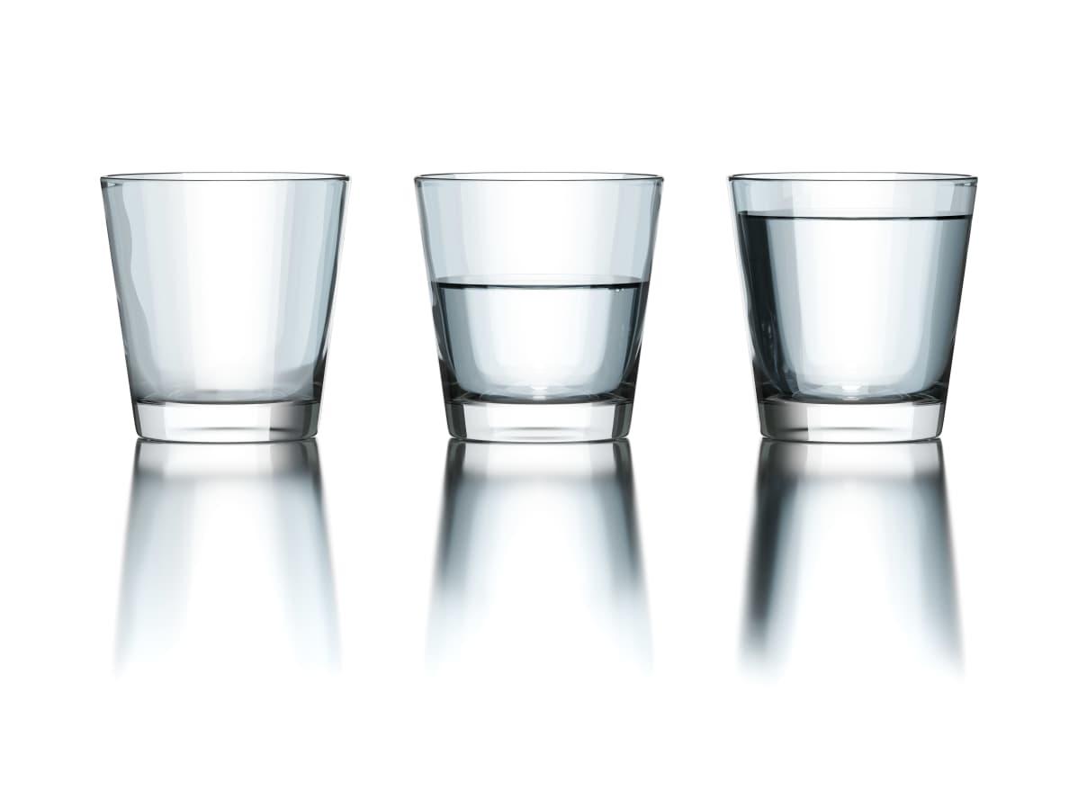 Kolme lasia, joista ensimmäinen on tyhjä, toinen puolillaan ja kolmas miltei täysi.