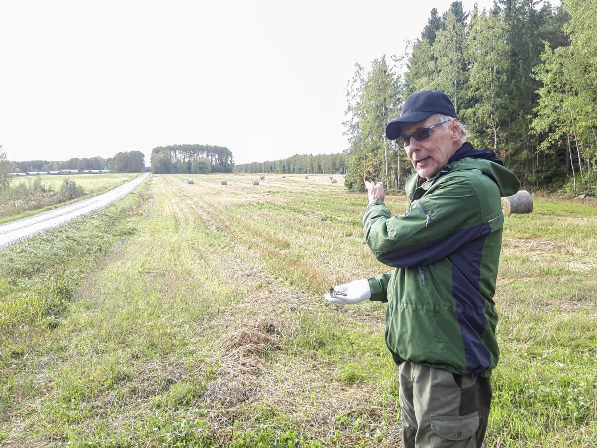 Tore Stenmark seisoo pellolla.