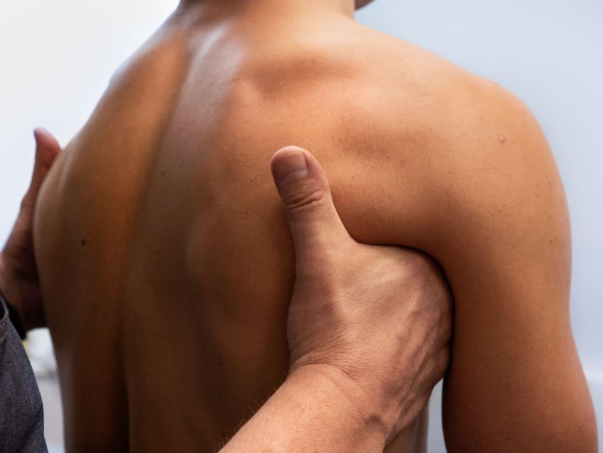 Urheilufysioterapeutti Peter Halén tarkastelee vastaanotolla seiväshyppääjä Urho Kujanpään hartioiden kannattelua.
