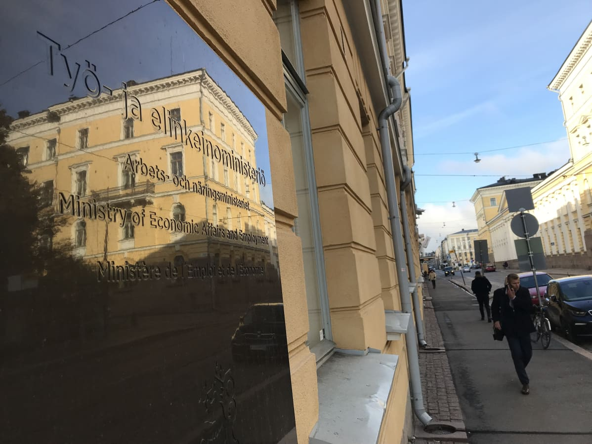 Työ- ja elinkeinoministeriön kyltti ministeriön rakennuksen seinässä.