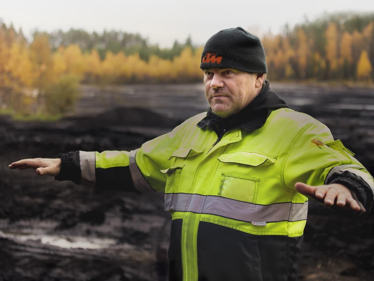 Maatalousyrittäjä Juha Korkeamäki turvesuolla.