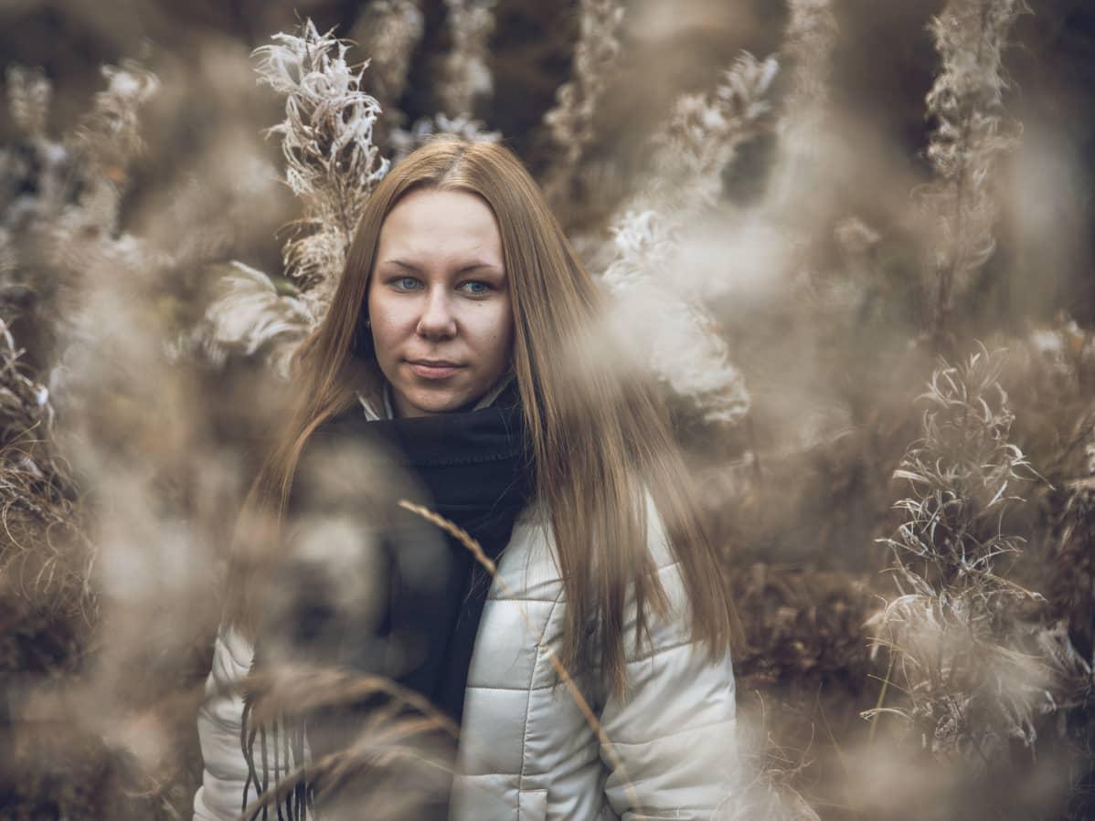 Erika Jääskeläinen seisoo horsmien seassa