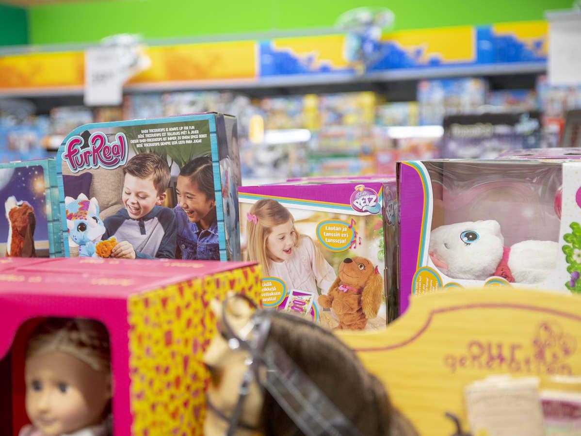 Lasten leluja kaupan hyllyllä.