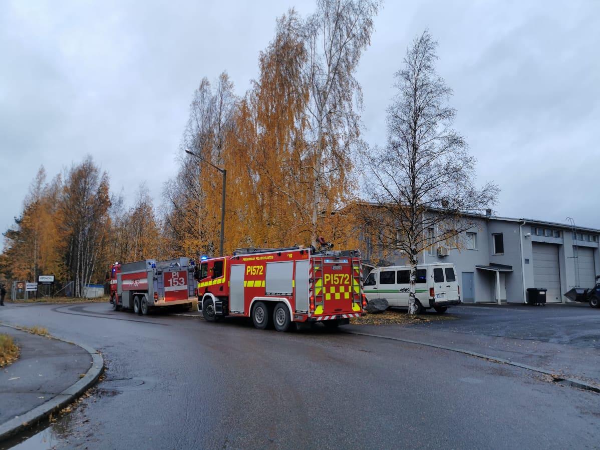 Kaksi paloautoa teollisuusalueella