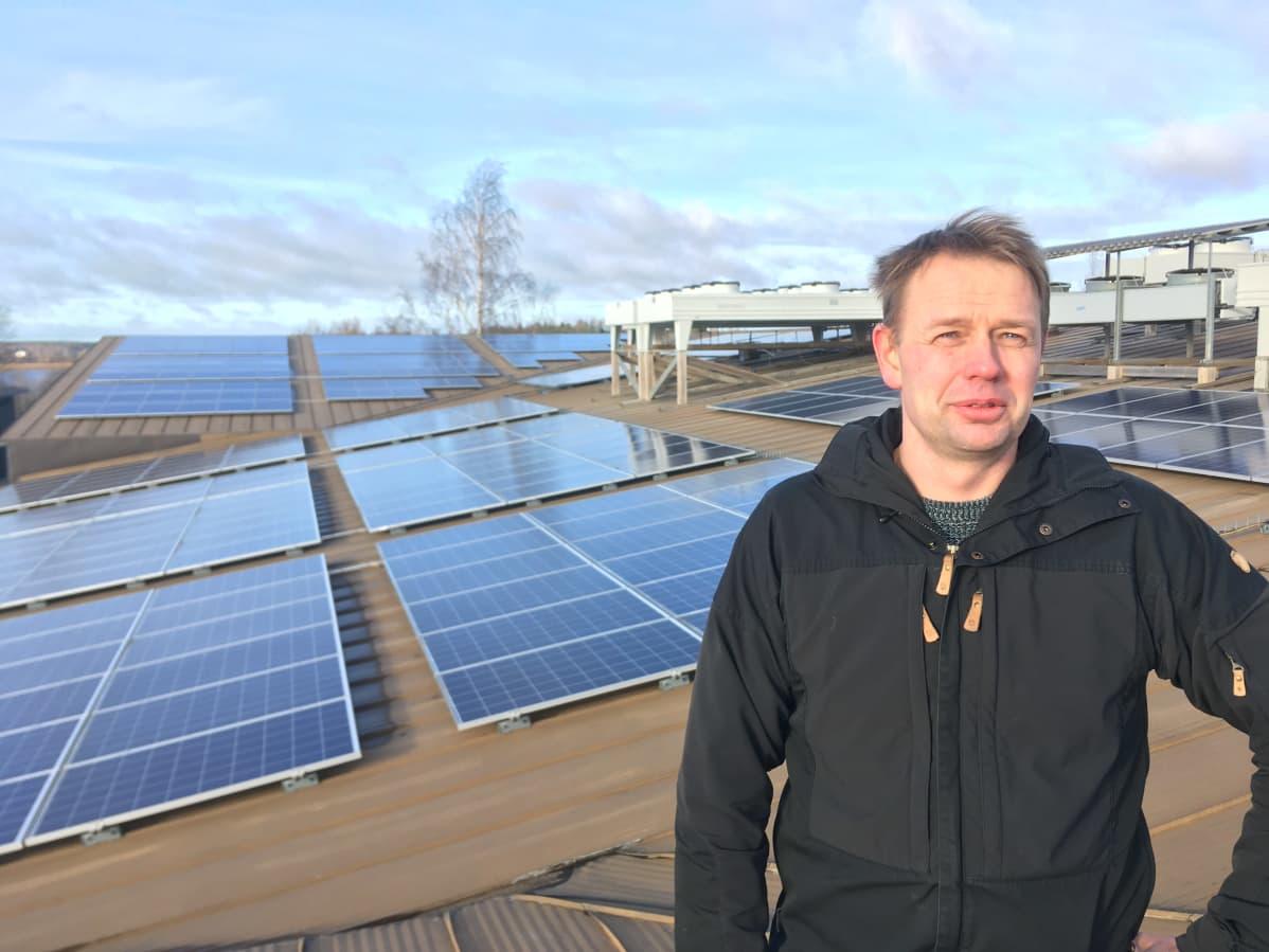 Juustoportin tehtaanjohtaja Marko Viitala on tyytyväinen aurinkopaneelien sähköntuottoon.