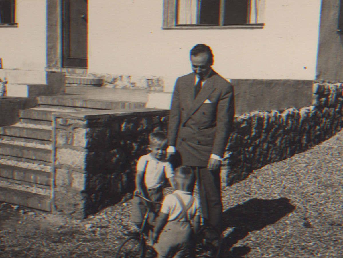 Hannu Hallamaan isä katsoo kun lapset leikkivät.