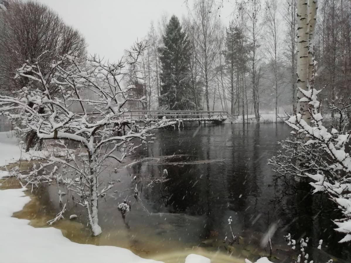 Seinäjoen vanha uoma on täynnä vettä, lunta sataa.