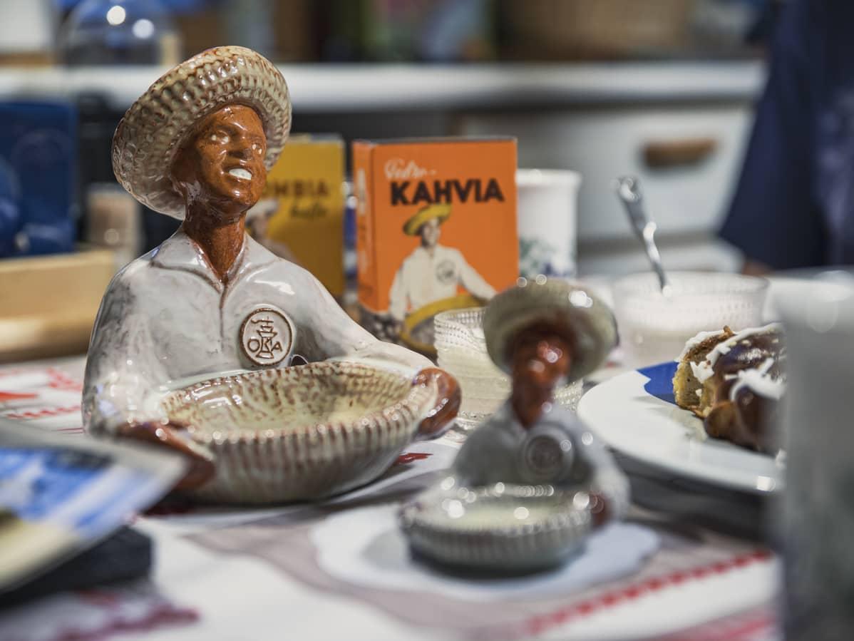 Oka-kahvipatsaita: ruskeaihoinen keraaminen mies jolla on päässään sombrero.