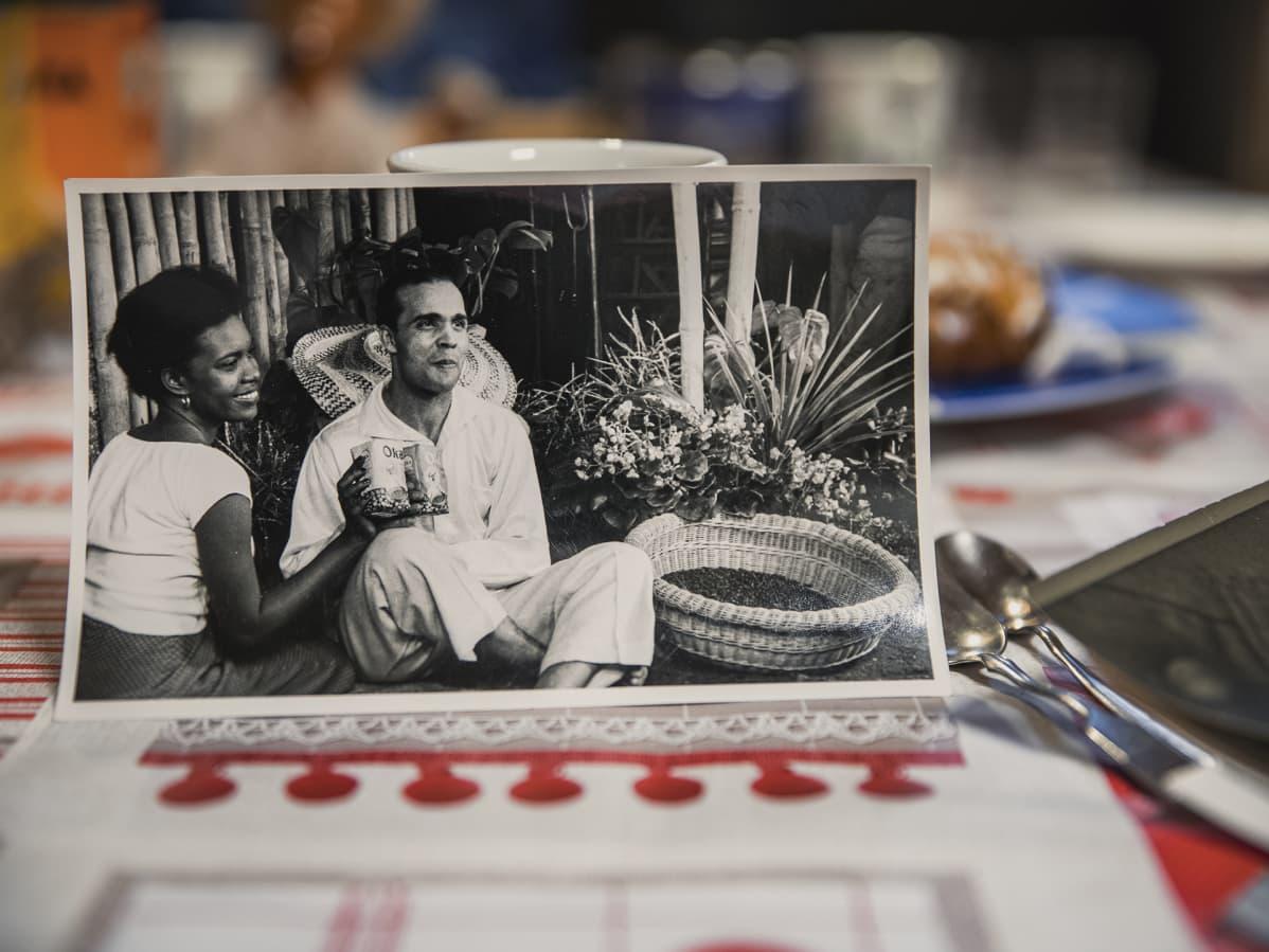 Holger Sonntag ja haitilainen nainen kahvimainoksen kulisseissa, mustavalkoisessa valokuvassa.
