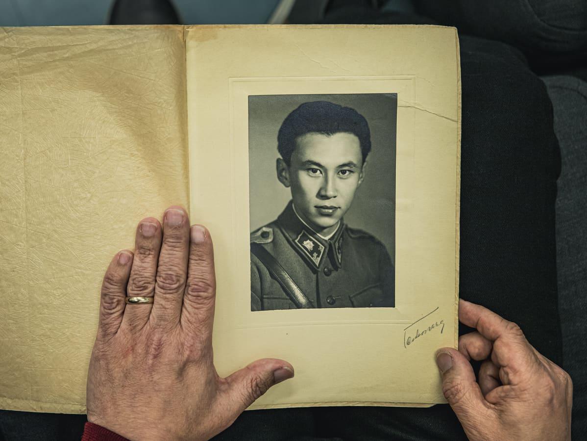 Alfred Wanin nuoruuden valokuva Ari Wanin käsissä.