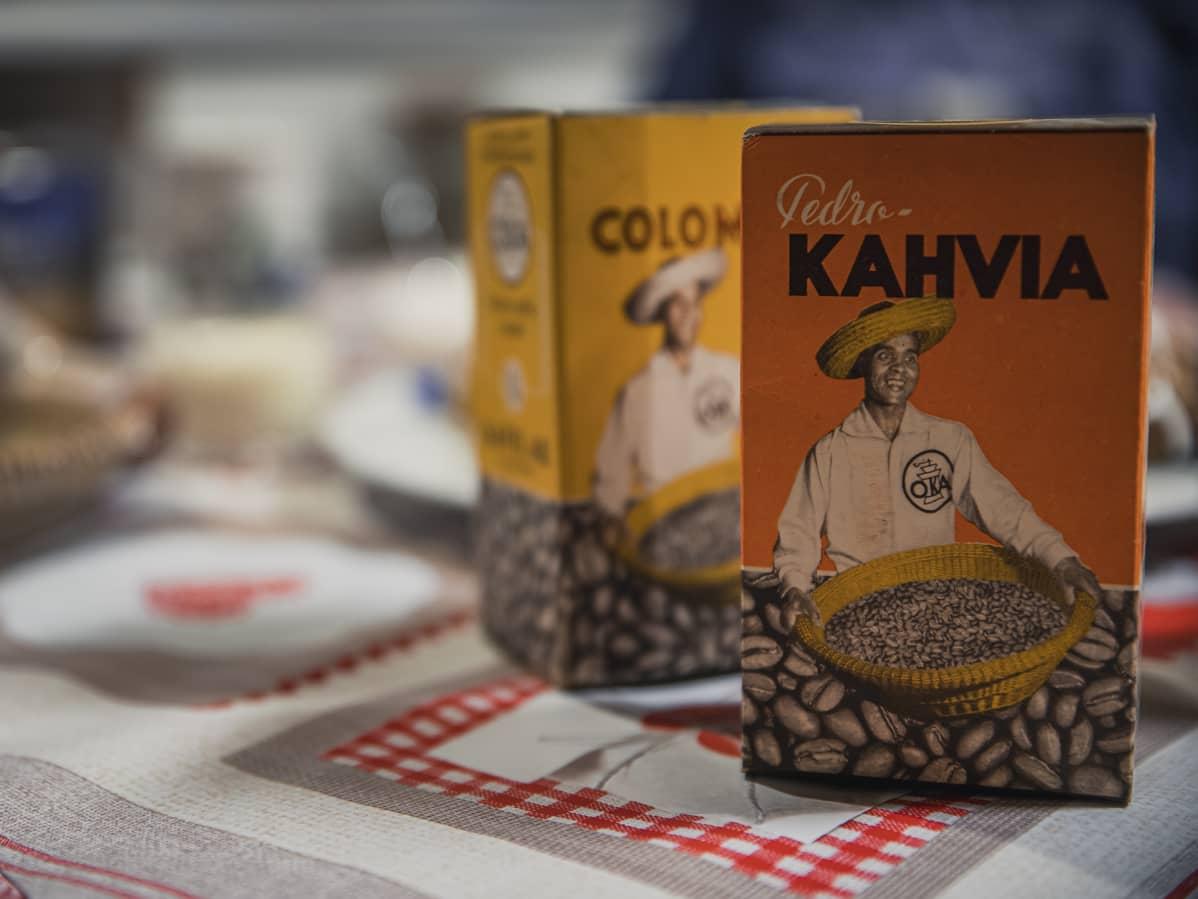 Oka-kahvipaketteja vuosikymmenten takaa, joissa on Holger Sonntagin valokuva kyljessä.
