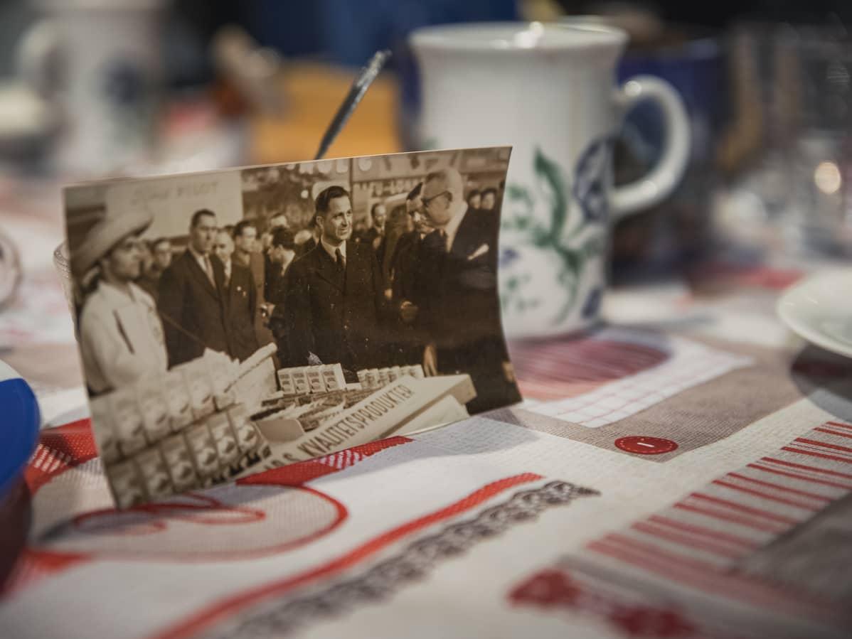 Holger Sonntag presidentti Paasikiven kanssa samassa kuvassa Helsingin suurmessujen Oka-kahvikojulla 1950.