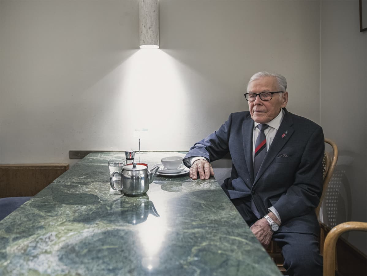 Osman Abdrahim istuu kahvilassa.