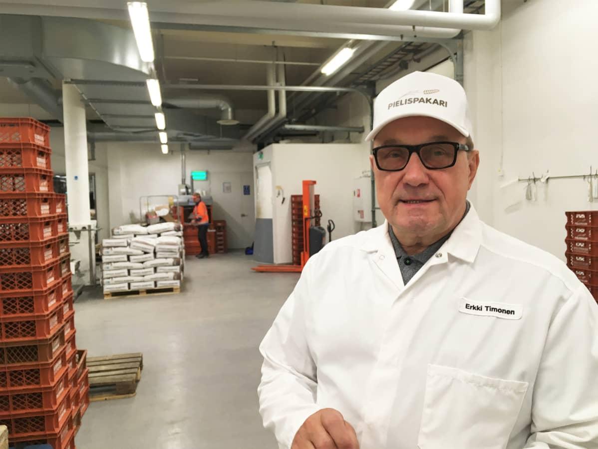 Pielispakarin toimitusjohtaja Erkki Timonen Nurmeksen leipomossa.