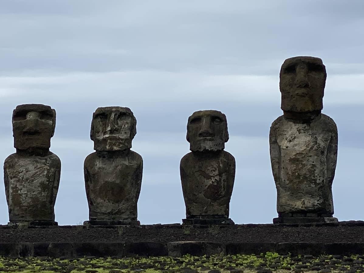 Neljä moai-patsasta vierekkäin.