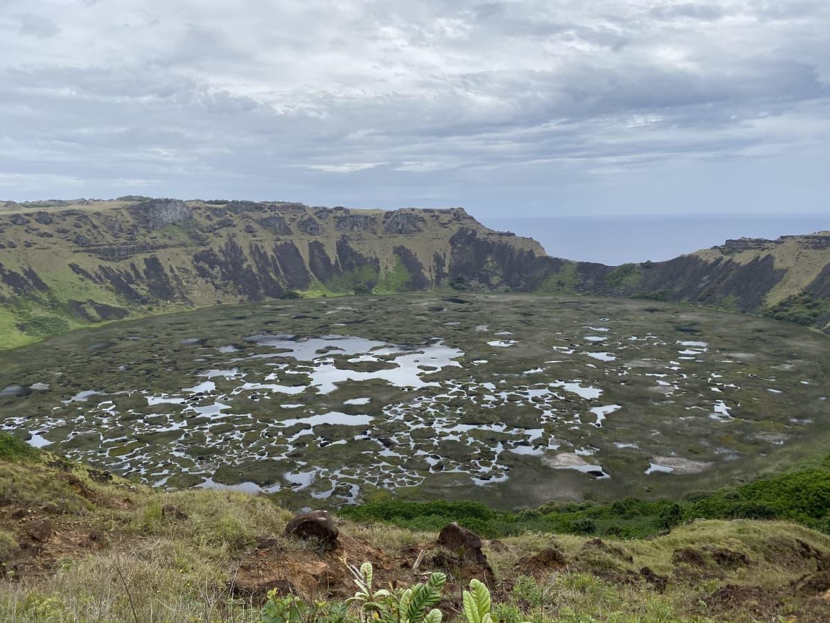Rano Kau -tulivuoren kraatterijärvi.