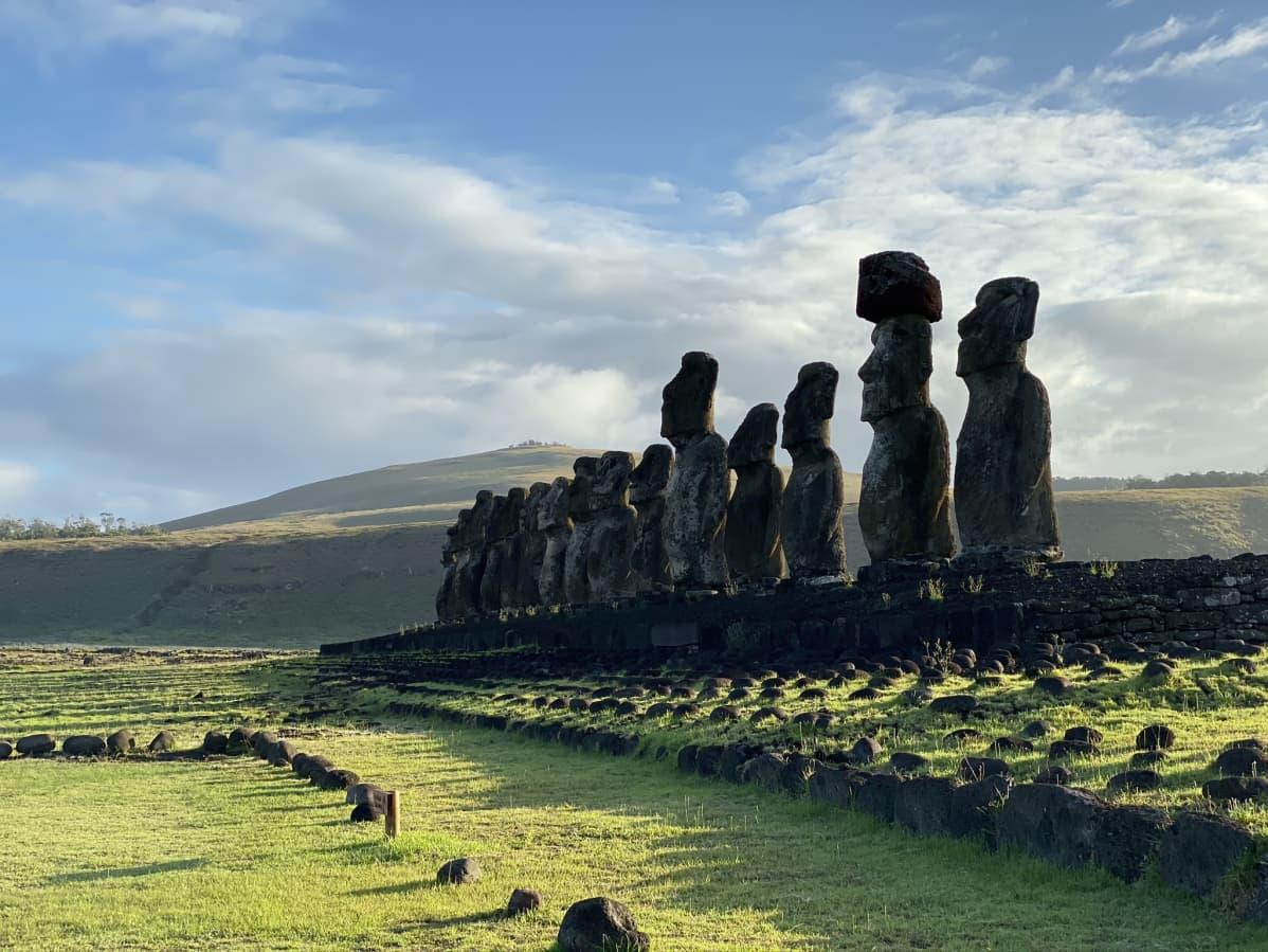 Ahu Tongariki hautajalusta ja 15 moai-patsasta.