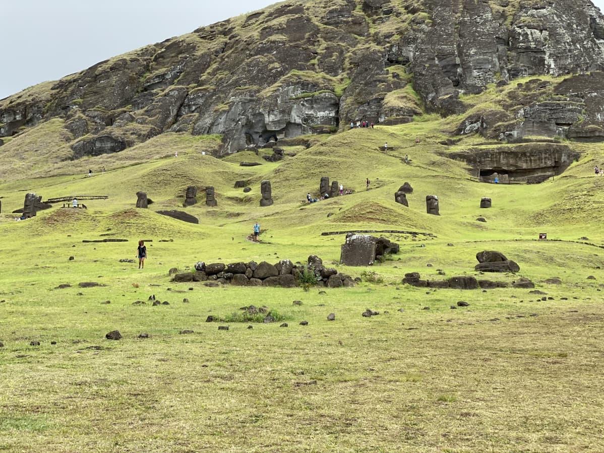 Moai-patsaita vanhan louhoksen tuntumassa.