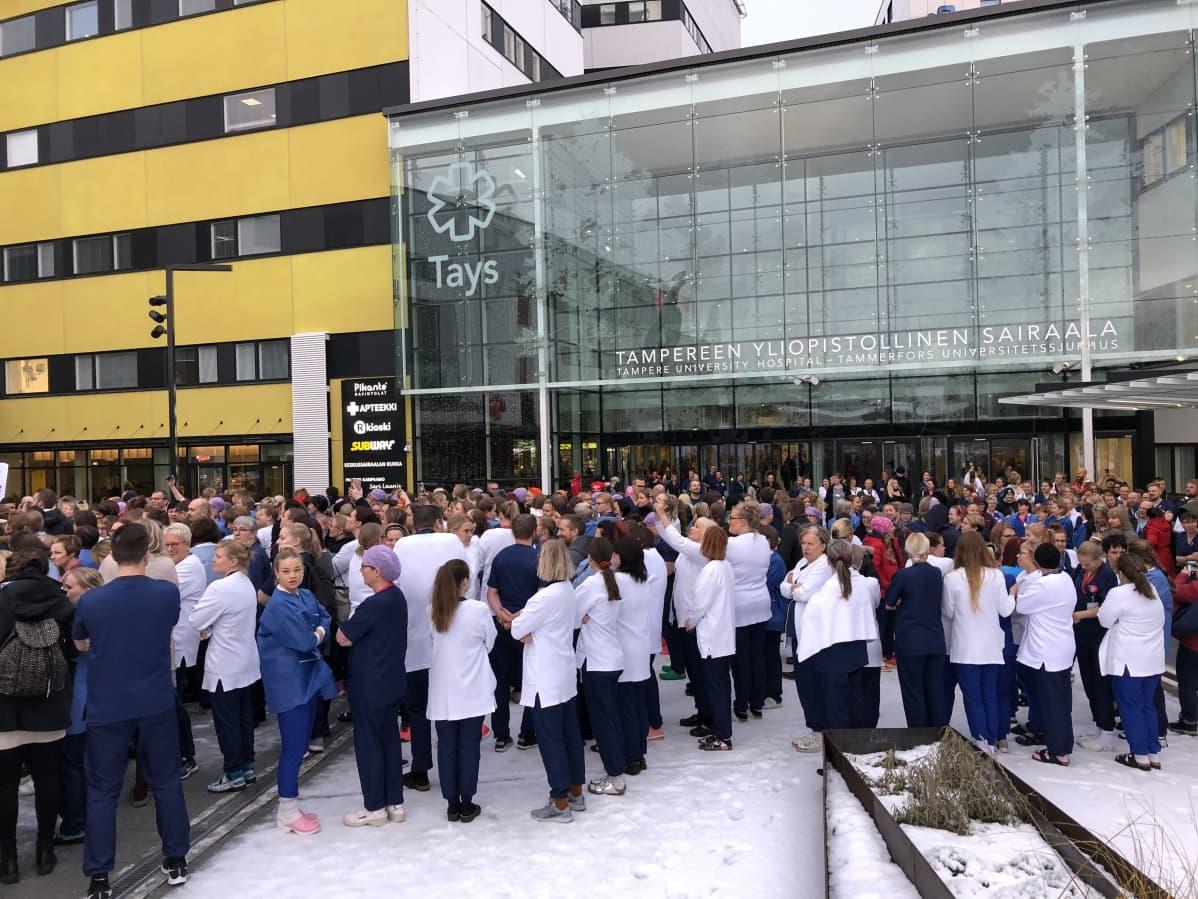 Tehyn jäseniä kokoontuneena Tampereen yliopistollisen sairaalan pihalle.
