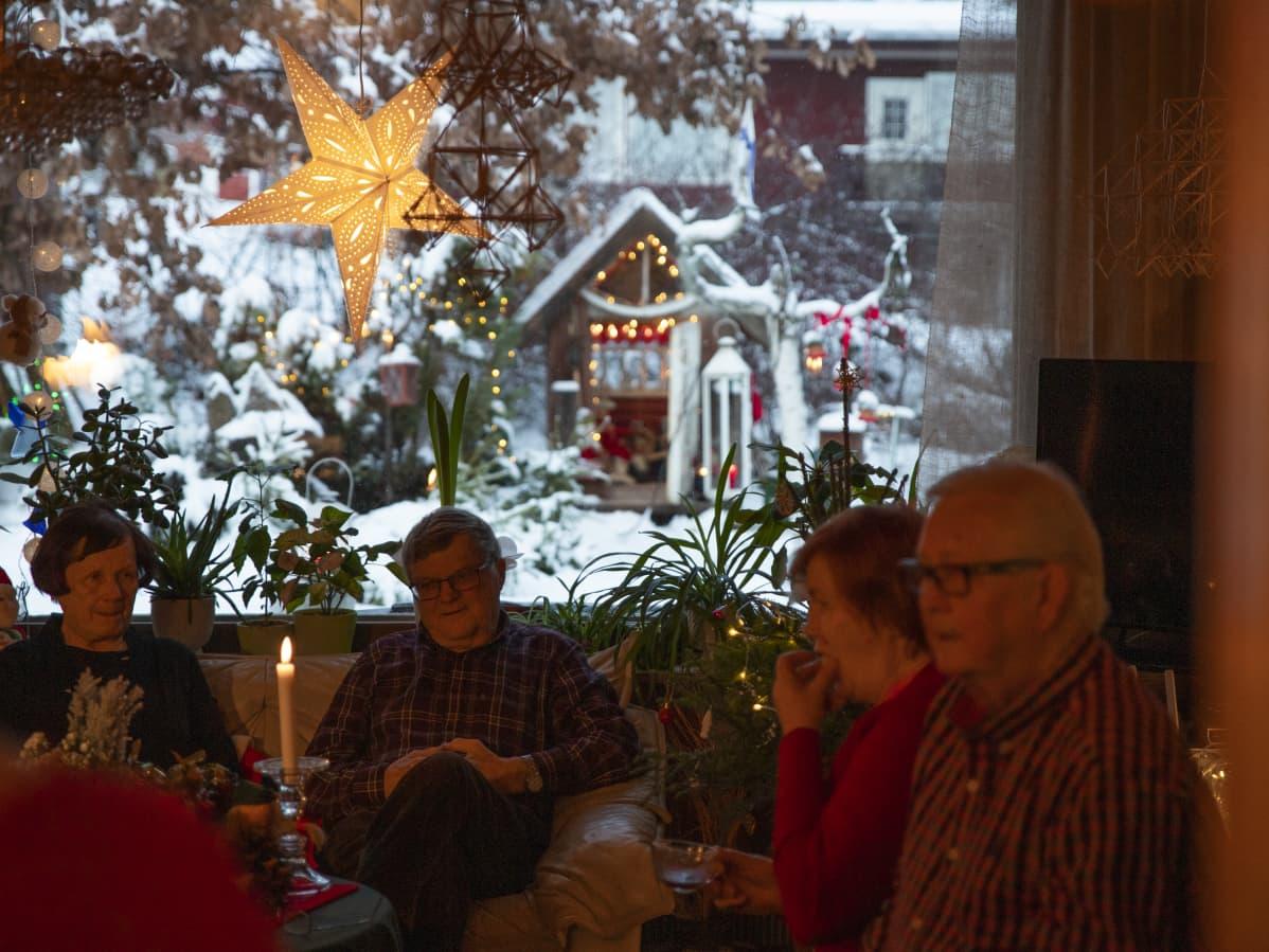 Leena Kaijansinkon ystäviä viettämässä joulua hänen luonaan.
