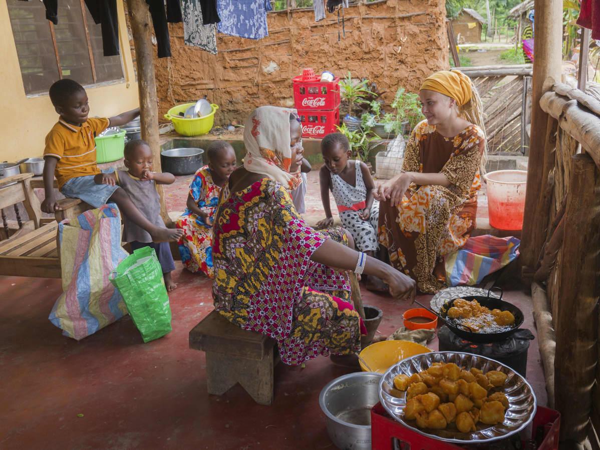 Ruokailua talon terassin lattialla Keniassa.