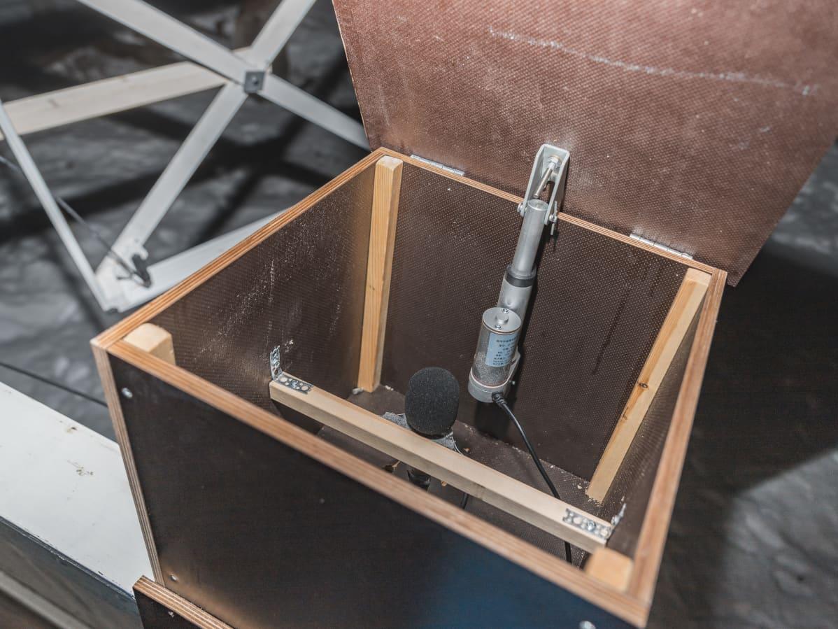 Revontulien kuunteluun tarkoitettu mikrofoni suojalaatikossaan
