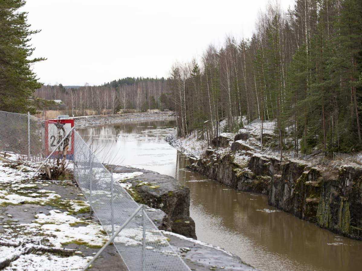 Osa Saimaan kanavaa Nuijamaalla.