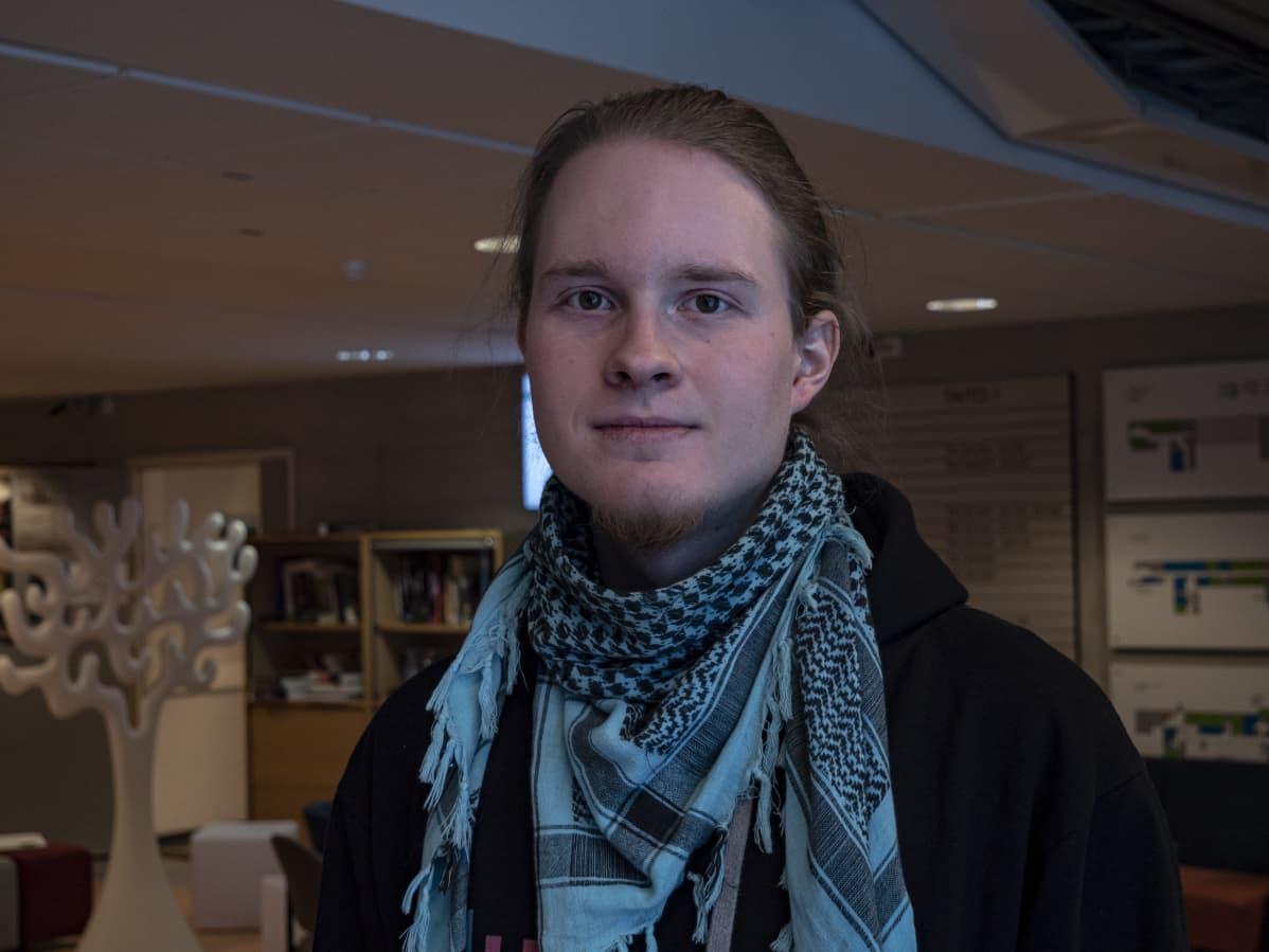 Jaakko Ylimäki henkilökuvassa, KAMK:n taitotalon aulassa.