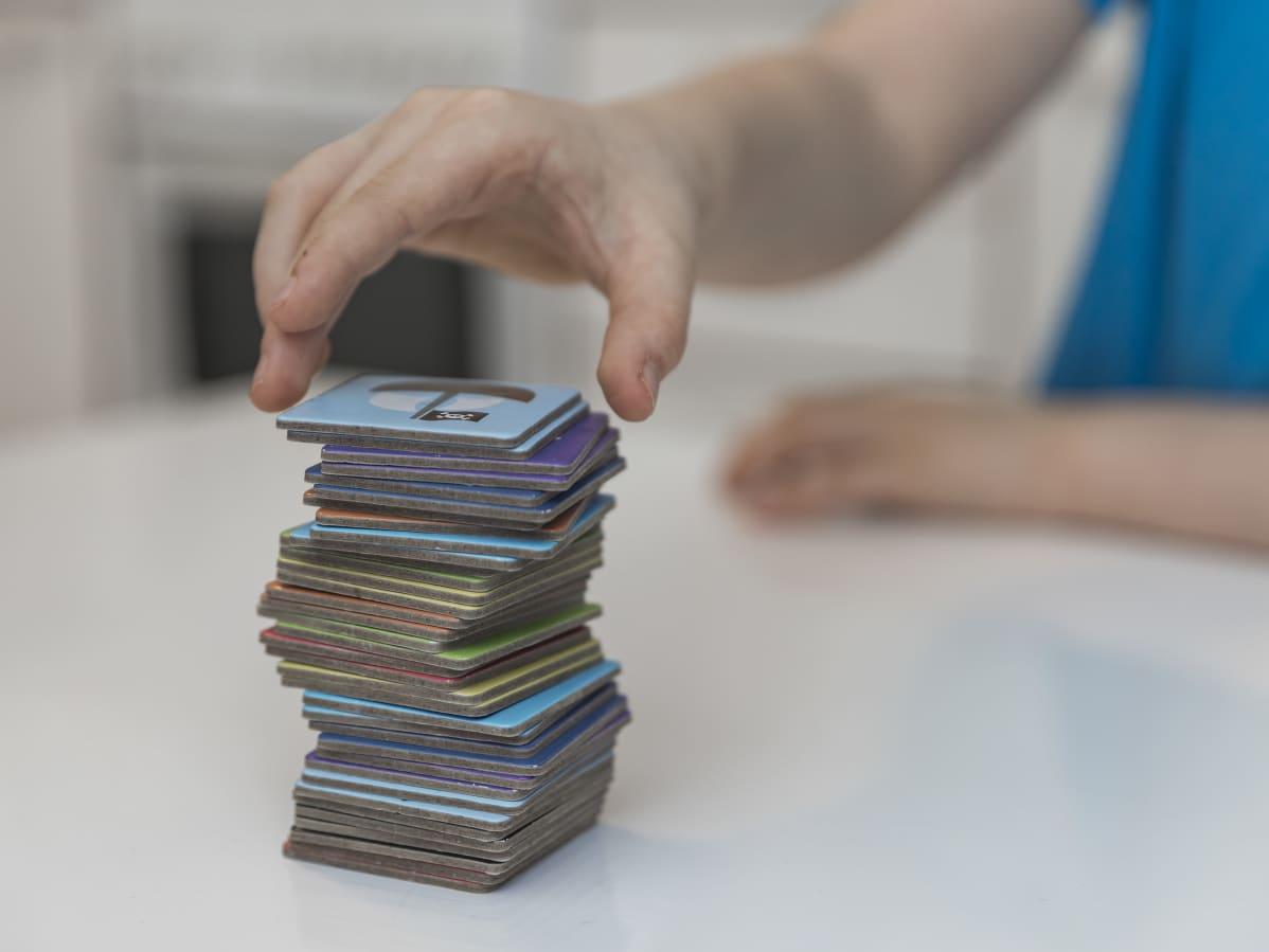 Muistipelikortteja pinossa.