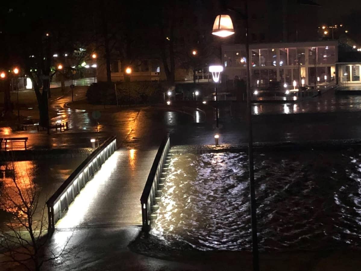 Raumanjoki tulvii Rauman kanaalin kohdalla.