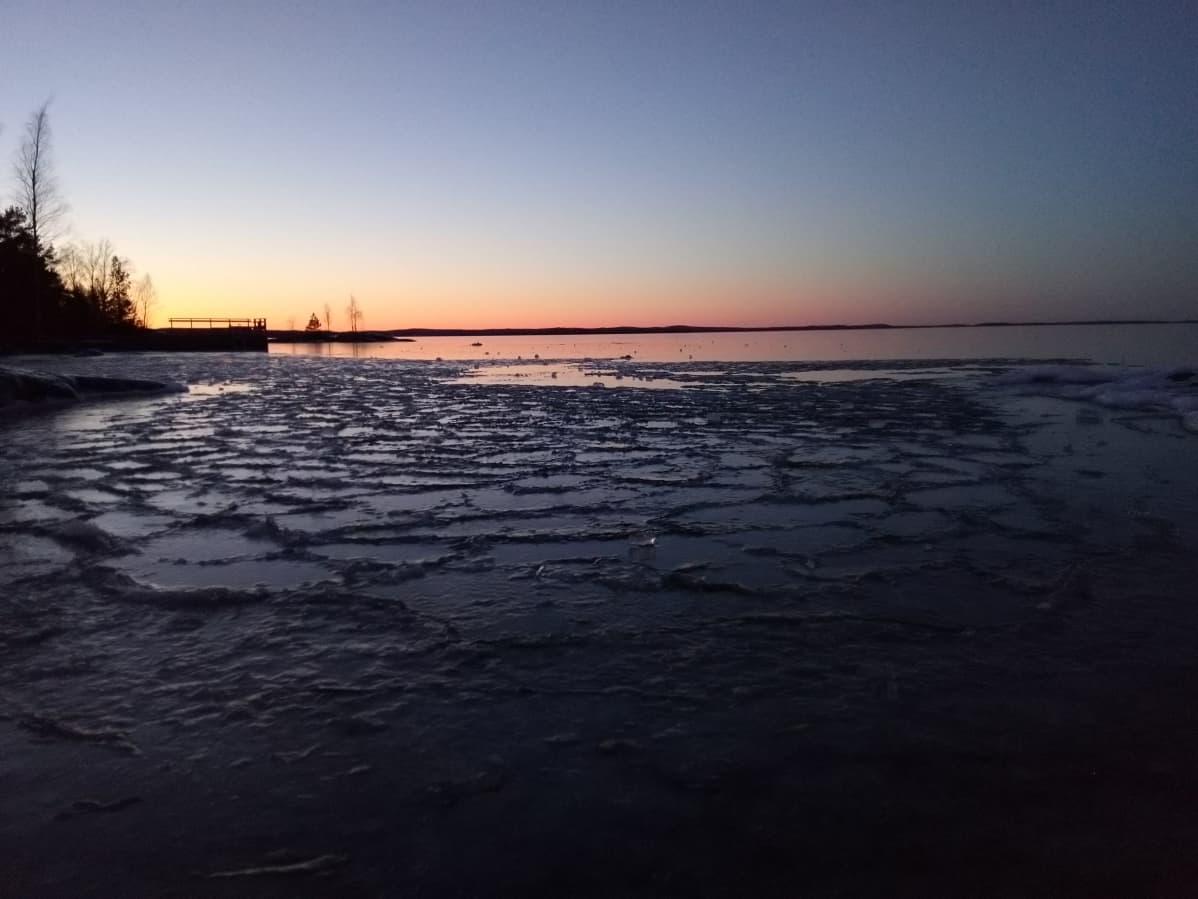 Iltarusko kajastelee myöhään jäätyneen Näsijärven takaa.
