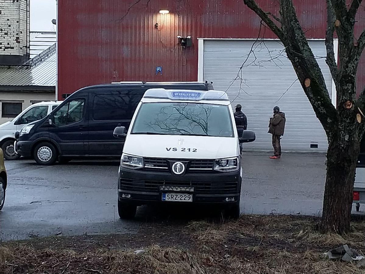 Poliiseja Turun Lemminkäisenkadulla