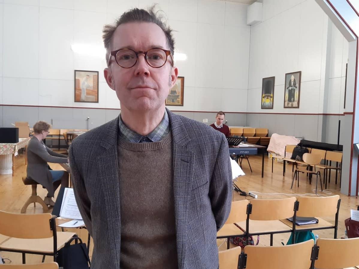 Libretisti-ohjaaja Tuomas Parkkinen vieraili Ilmajoen oopperakuoron harjoituksissa maaliskuussa 2020
