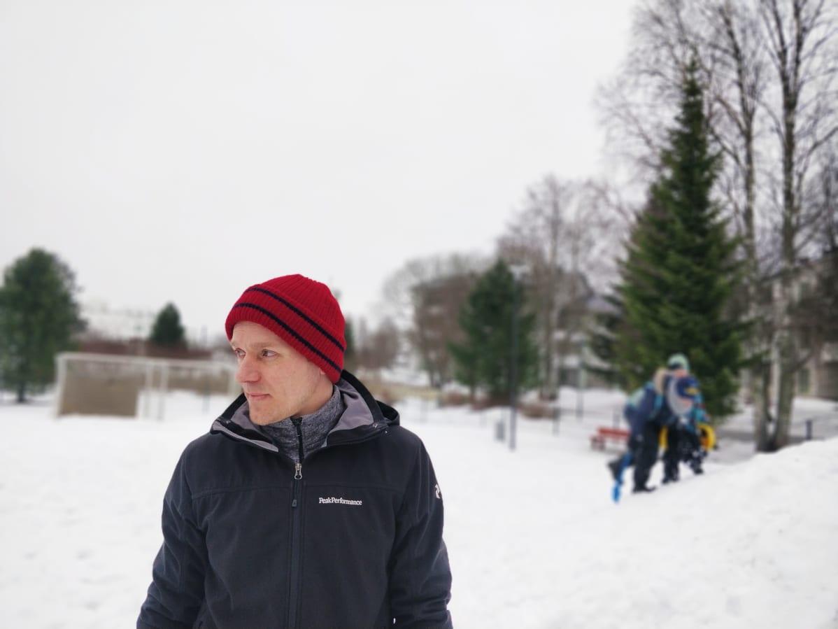 Kuvassa on lastenhoitajana toimiva Henri Pursiainen.
