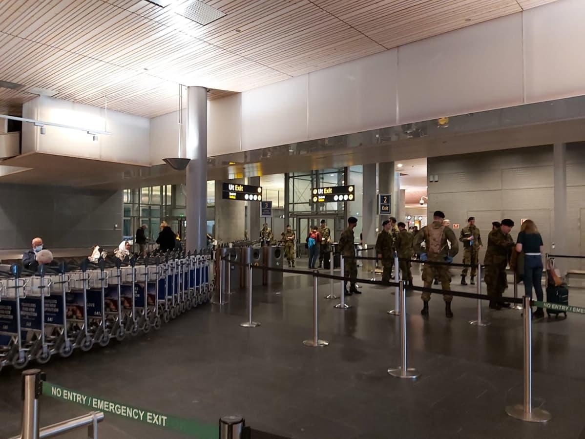 Armeijapukuisiä miehiä Oslon lentokentällä