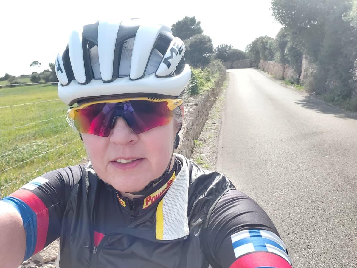 Kajaanilainen Anne Karppinen pyöräilemässä.