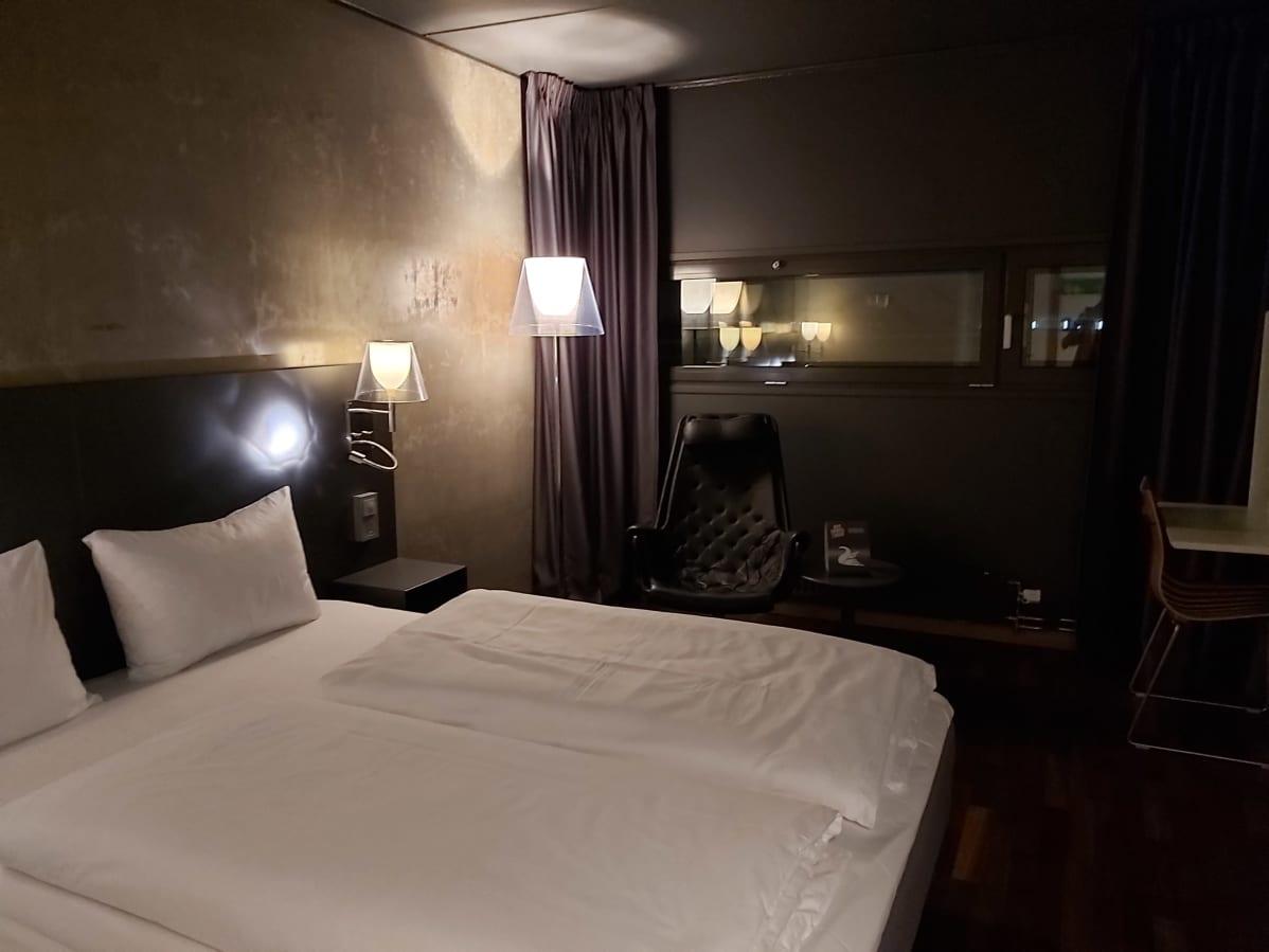 Huone karanteenihotellissa Oslossa.