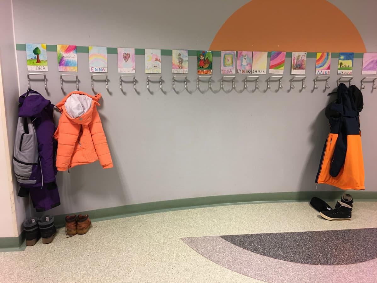 Huutoniemen koululla lasten naulakot olivat jo lähes tyhjinä  17. maaliskuuta