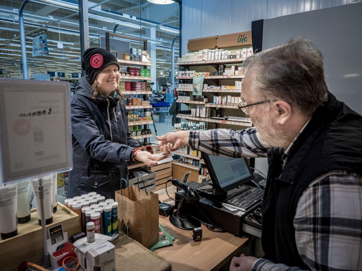 Oululainen Heidi Kylmäluoma ostamassa