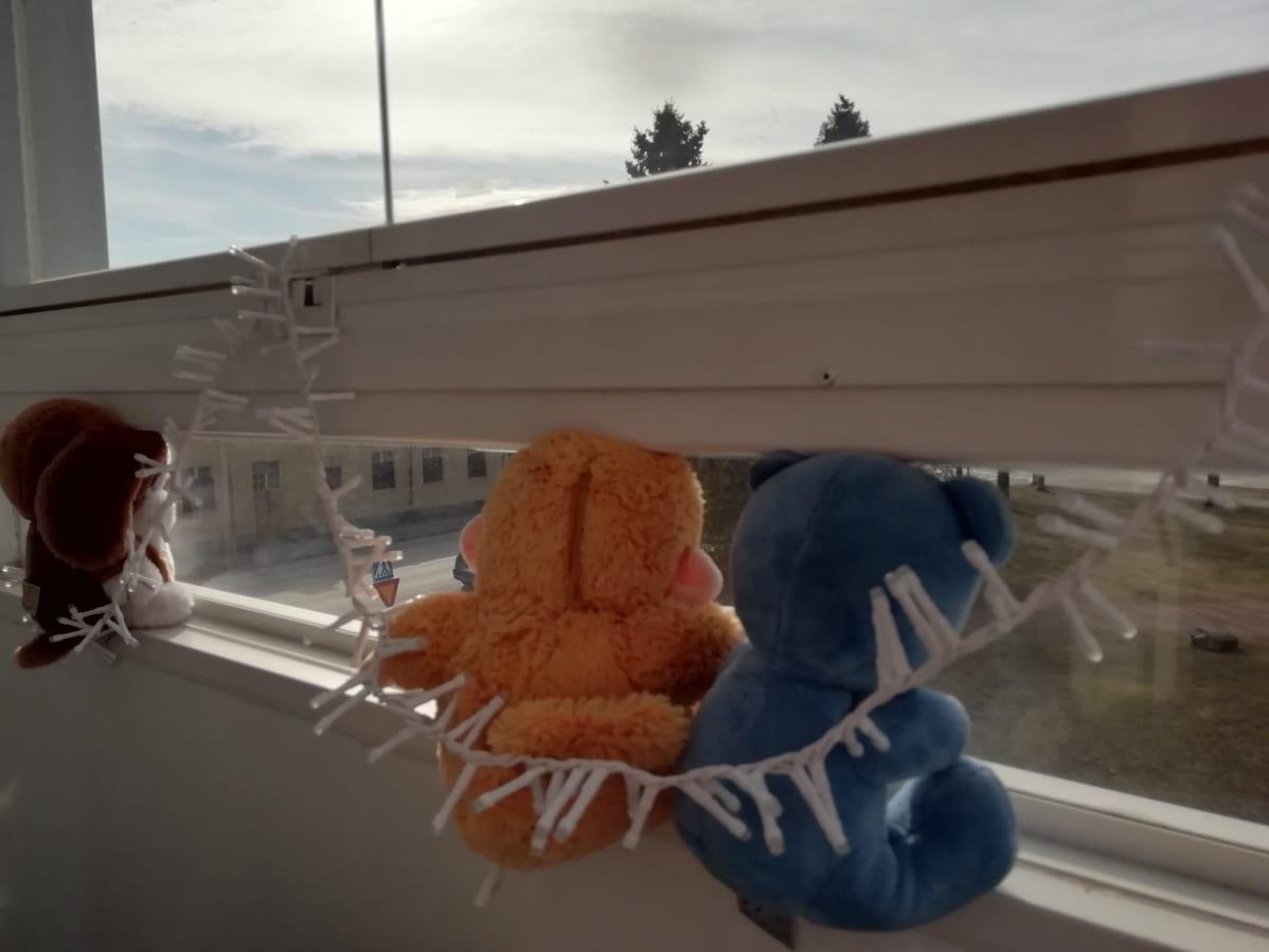 Pehmolelut istuvat ikkunanlaudalla.