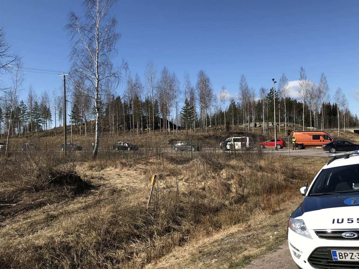Pääsiäisliikennettä Uudenmaan ja Päijät-Hämeen rajalla, poliisiautoja tarkastuspisteellä
