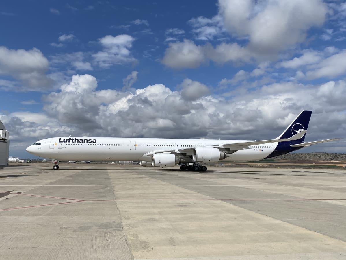 Lufthansan Airbus A340-600 Espanjassa sijaitsevan Teruelin kentällä.