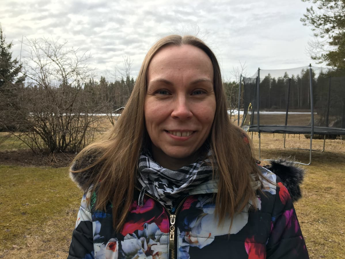 Kuvassa maatilan emäntä Johanna Paavola kotipihansa edustalla.